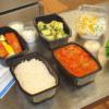 Kuvassa iso ravintolaboksi. Kaksi eri ruokaa, kaksi eri salaattia. Yhteispaino n. 5kg